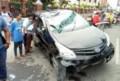 Mobil Xenia Tabrak Pembatas Jalan dan Sepeda Motor