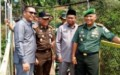 TNI dan Warga Gotong Royong Buka Jalan di Sipispis